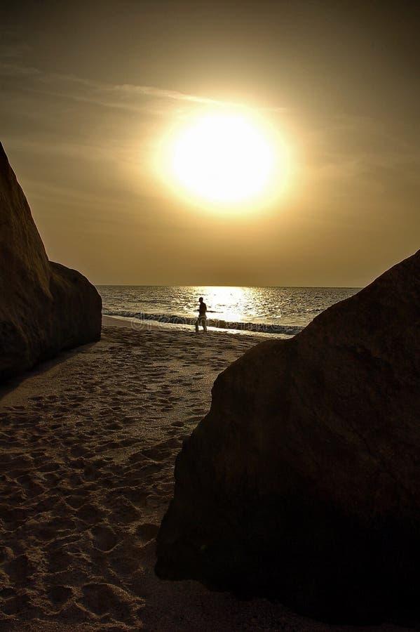 гулять Омана человека пляжа стоковые изображения