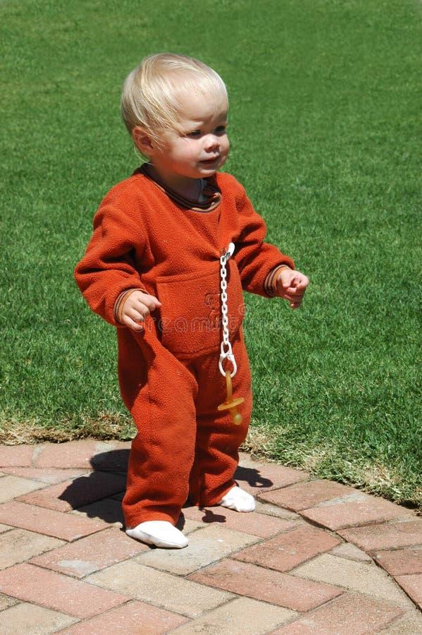 гулять первых шагов младенца стоковое изображение rf