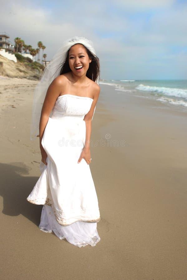 гулять песка невесты пляжа стоковое изображение