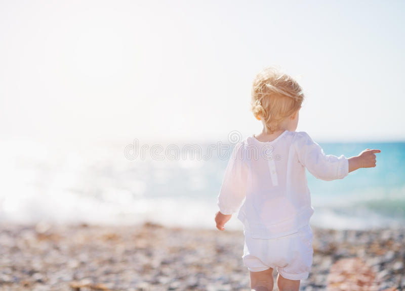 гулять пляжа младенца стоковое фото