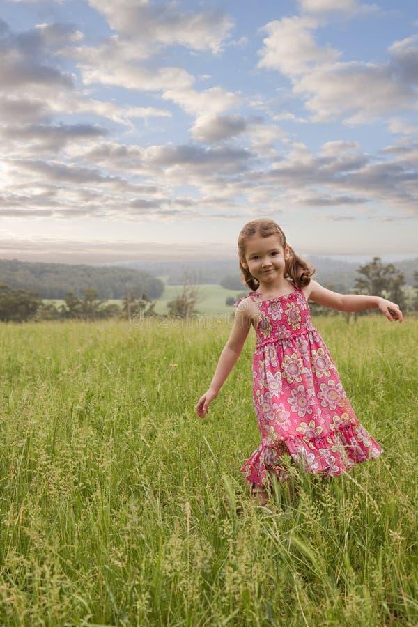 гулять травы девушки длинний стоковое изображение