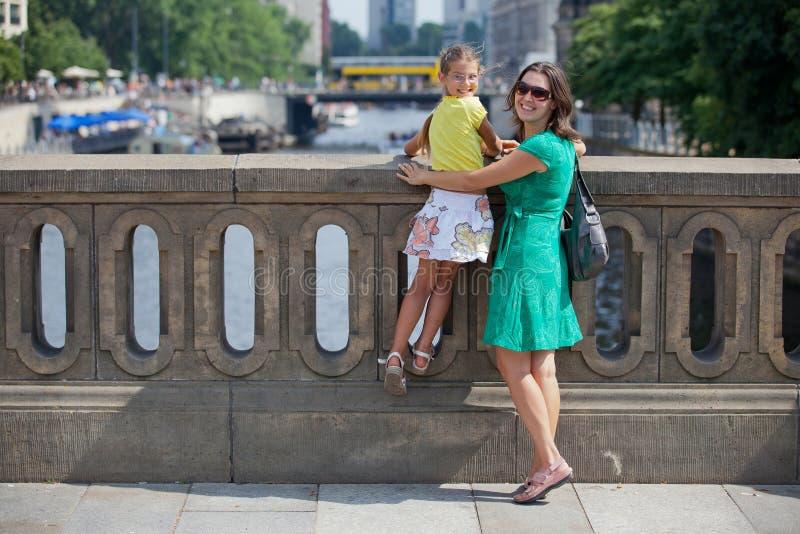 гулять туристов города berlin стоковое фото