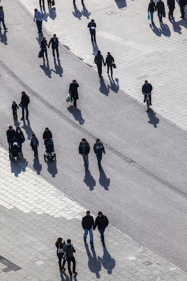 гулять улицы людей стоковое фото rf