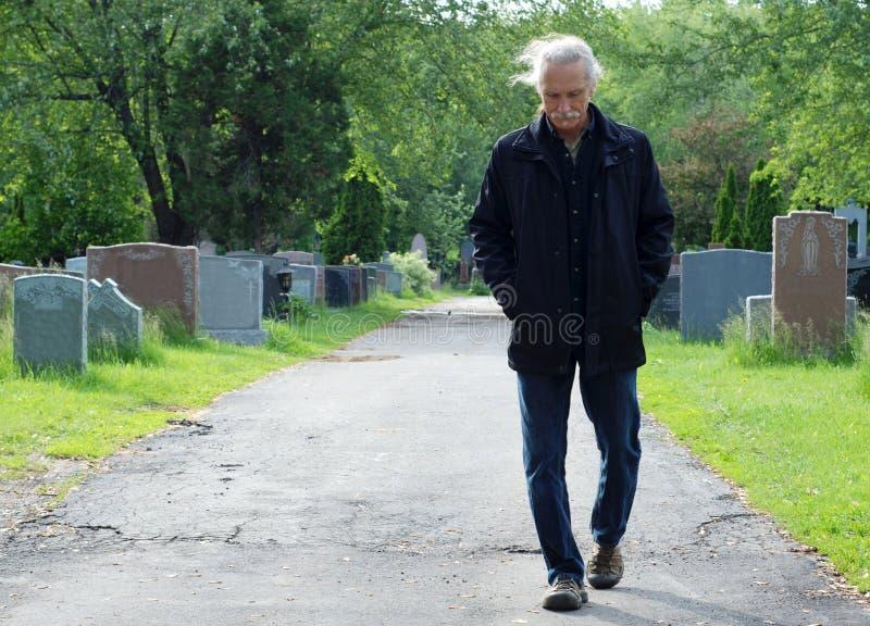 гулять человека кладбища стоковая фотография