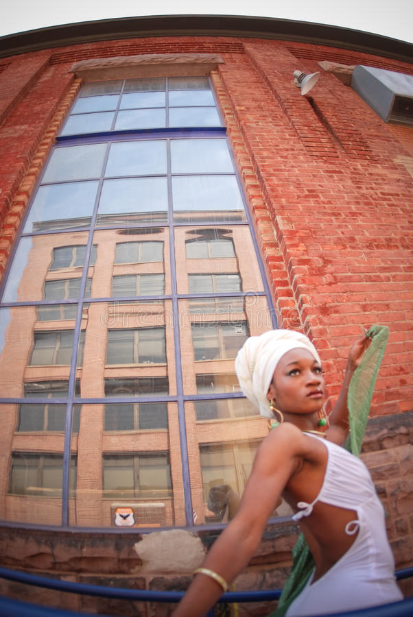 гуляя женщина стоковое фото