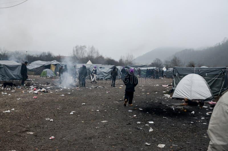 Гуманитарная катастрофа в беженце и переселенцы располагаются лагерем в Боснии и Герцеговине Европейский мигрирующий кризис Балка стоковые фотографии rf