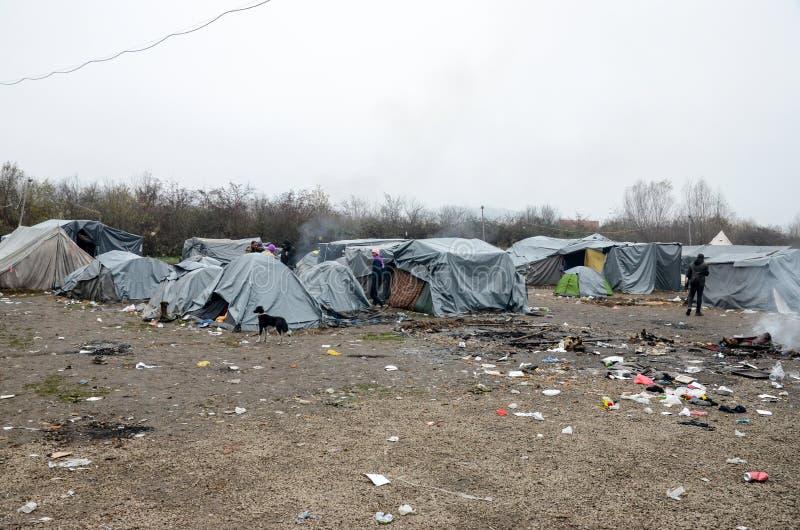 Гуманитарная катастрофа в беженце и переселенцы располагаются лагерем в Боснии и Герцеговине Европейский мигрирующий кризис Балка стоковая фотография rf