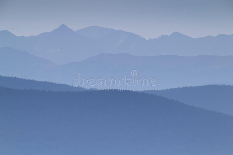 Густой дым от близрасположенных лесных пожаров заполняет этот горный вид стоковое изображение rf