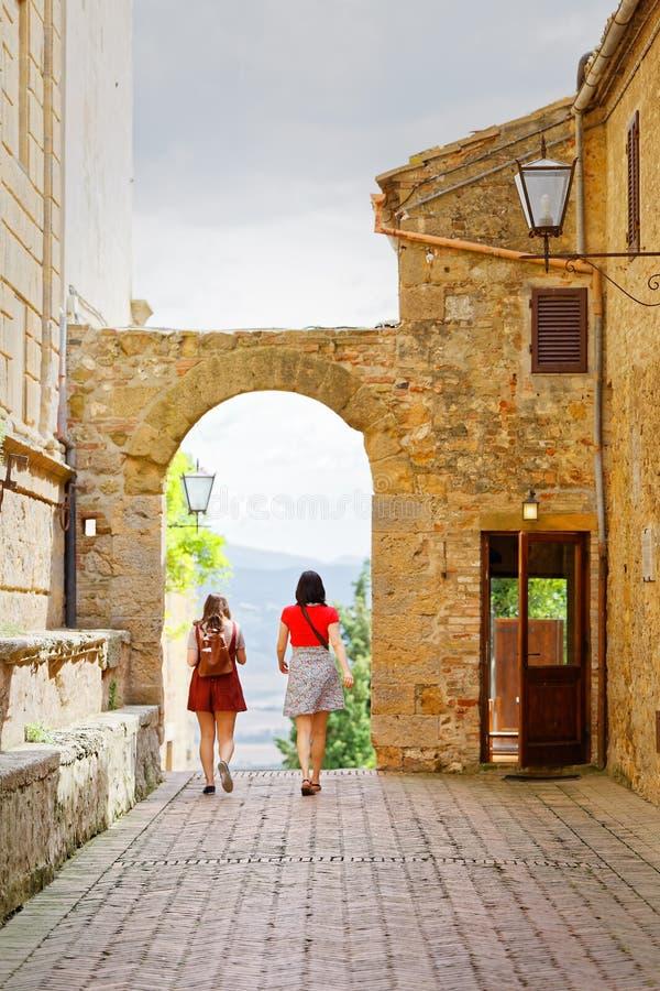 Гуляя подруги пар к Pienza в Тоскане стоковая фотография