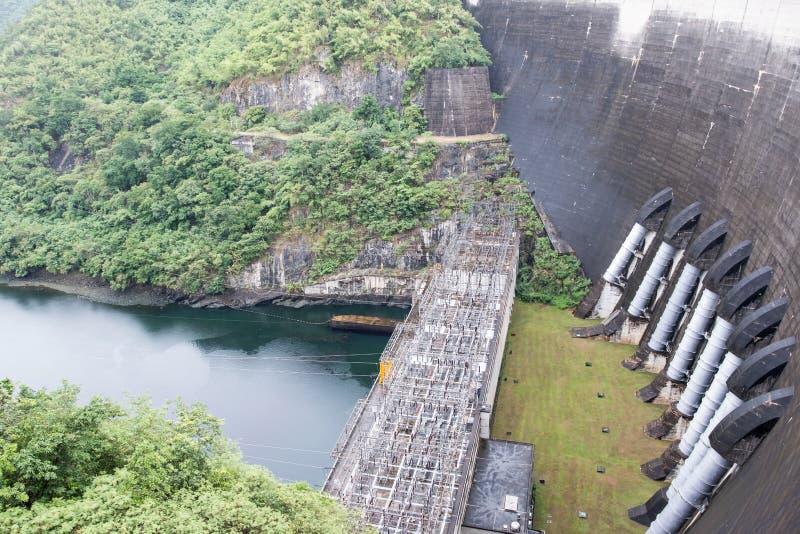 ГЭС под запрудой большого свода конкретной стоковое изображение