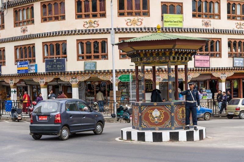 Главная улица Тхимпху с человеческим светофором стоковые изображения