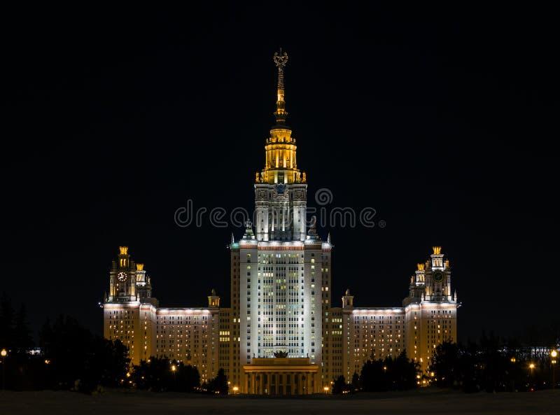 Главное здание государственного университета Москвы на illuminati ночи стоковое фото rf