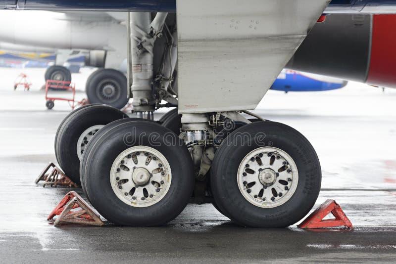 Главное посадочное устройство пассажирского самолета Tu-204 стоковые фотографии rf