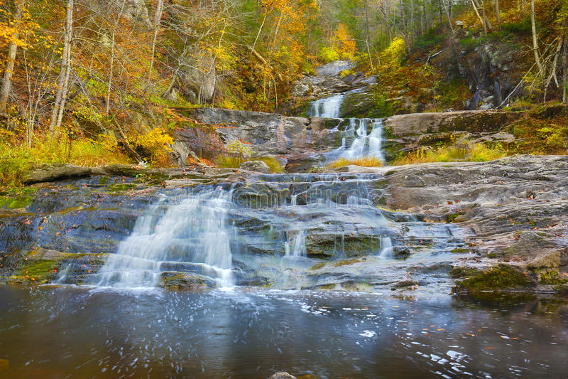 Главный водопад на Кенте падает парк штата в западном Коннектикуте стоковые фотографии rf