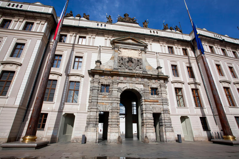 Главный вход к историческому замку Праги стоковая фотография rf