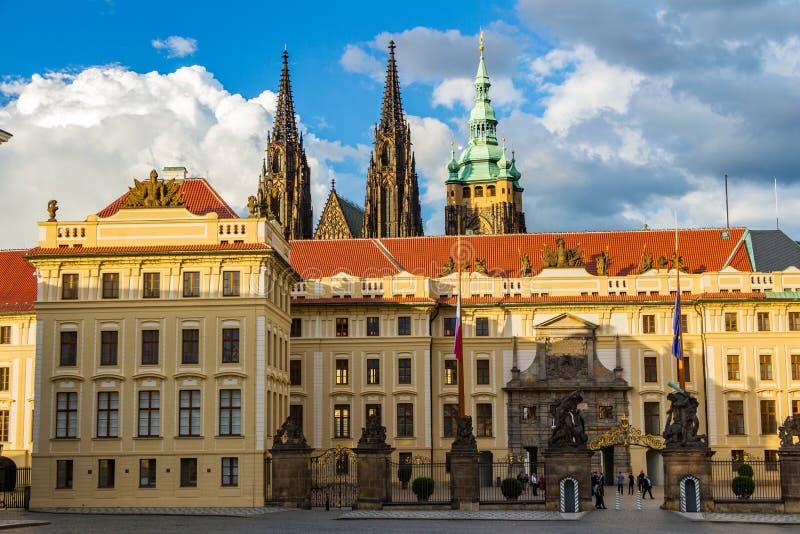 Главный вход к королевской зоне исторического замка Праги на солнечном дне, на заднем плане собора St Vitus, чехии стоковые фото