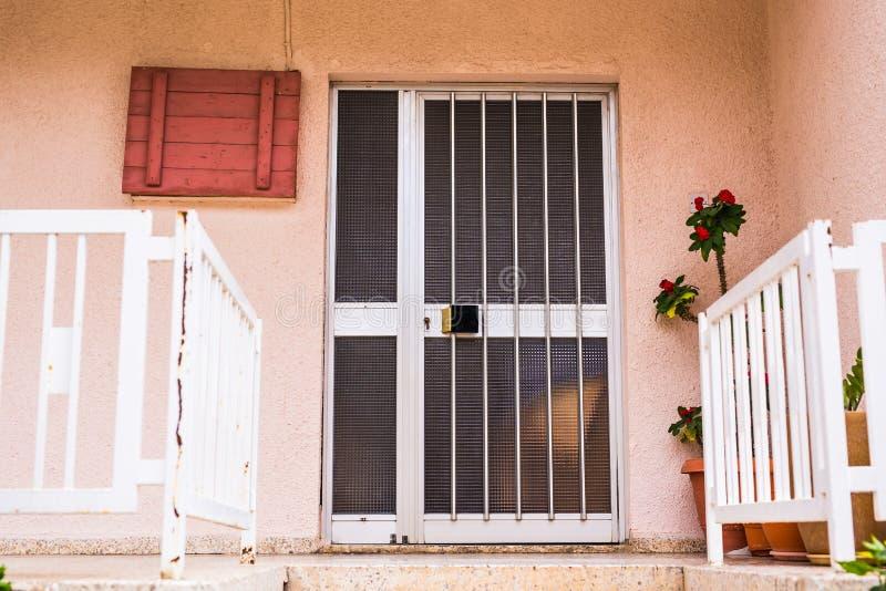 Главный вход дома с дверью стоковые фото