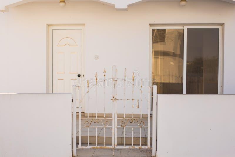Главный вход дома с дверью стоковое фото