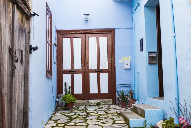 Главный вход дома с дверью стоковое изображение