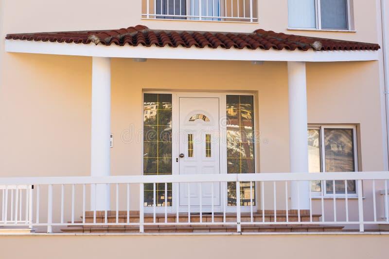 Главный вход дома с дверью стоковая фотография