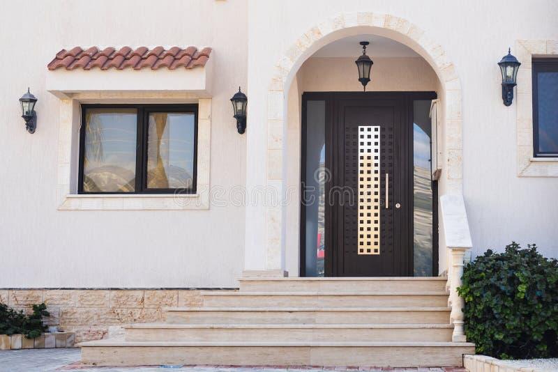 Главный вход дома с дверью стоковые фотографии rf
