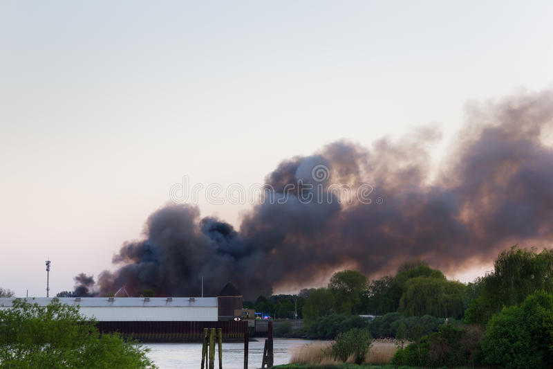 Главный огонь с темным дымом стоковое фото