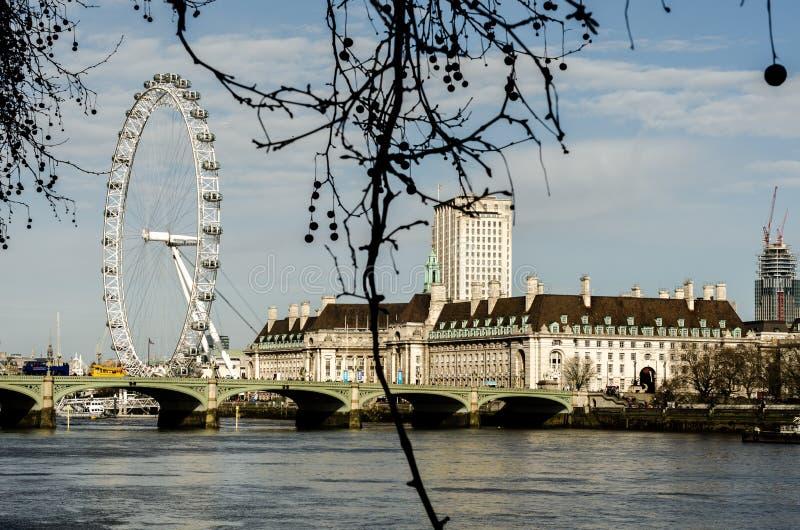 Глаз Лондона и мост Лондона на реке Темзе в осени, Англии стоковые изображения rf