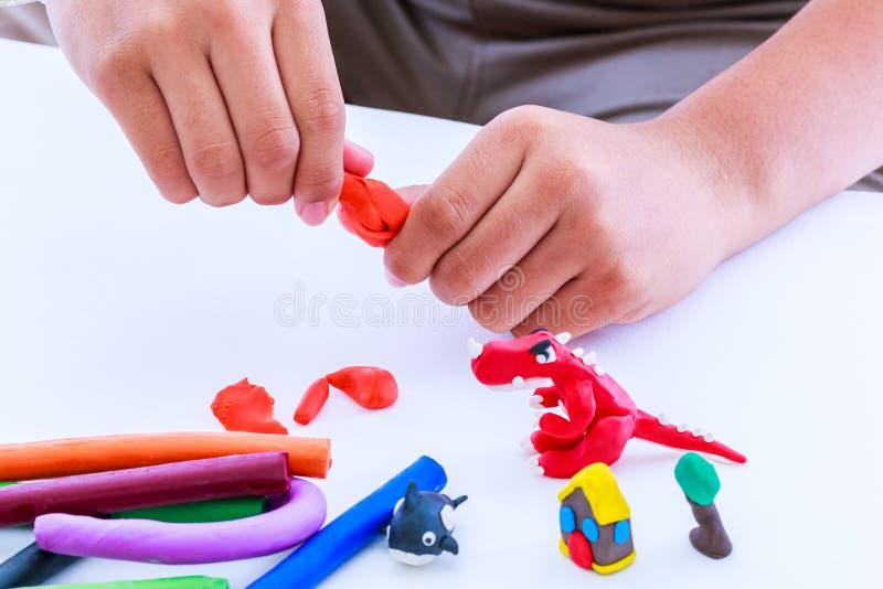 Глина моделирования прессформы ребенка, на белой предпосылке Усильте стоковые фотографии rf