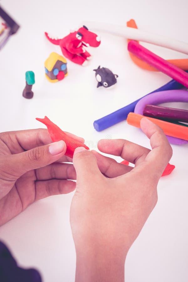 Глина моделирования прессформы ребенка, на белой предпосылке Усильте стоковое изображение rf