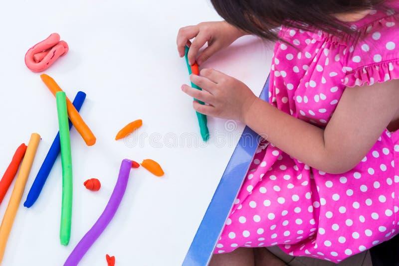 Глина моделирования ребенка отливая в форму Усильте воображение стоковое фото rf