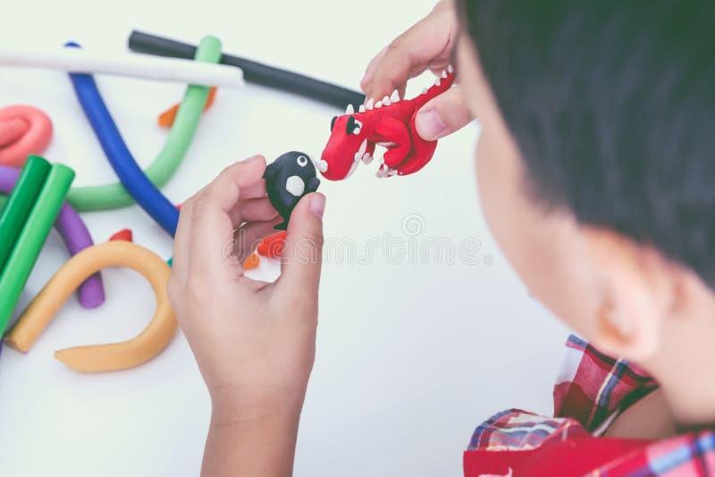 Глина модели прессформы ребенка, на белой предпосылке Усильте im стоковая фотография