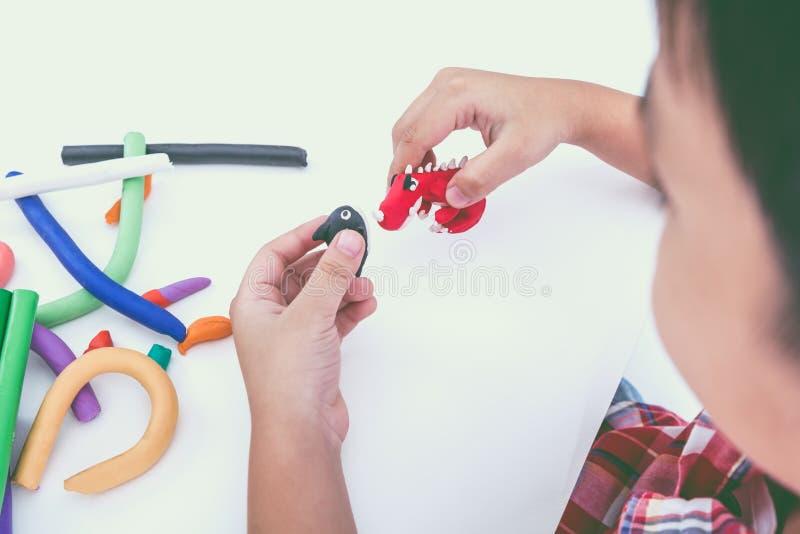 Глина модели прессформы ребенка, на белой предпосылке Усильте im стоковые изображения