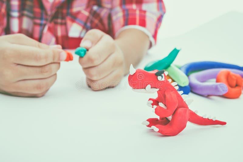 Глина модели прессформы ребенка, на белой предпосылке Усильте im стоковое фото