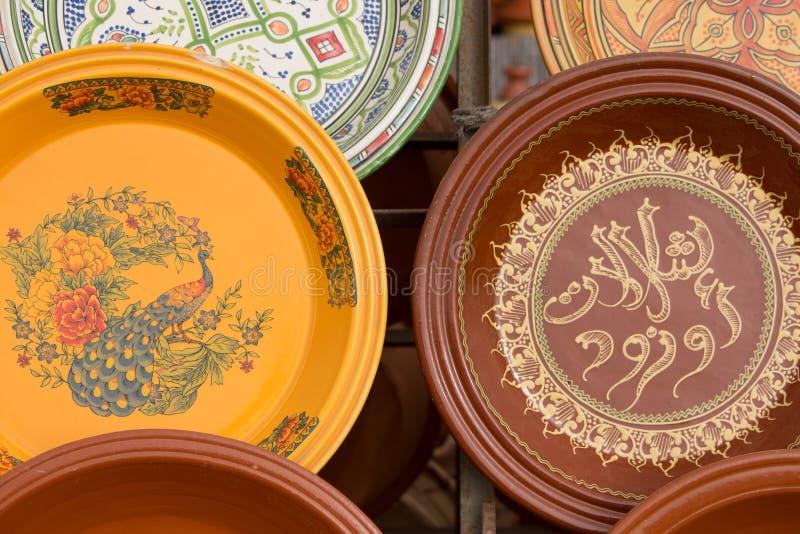 Глина Tajines для продажи в стойле рынка, Марокко стоковое фото rf
