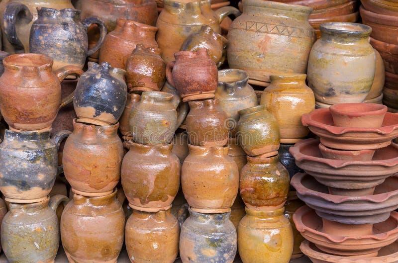 Глиняные горшки, гончарня сделаны вручную стоковые изображения