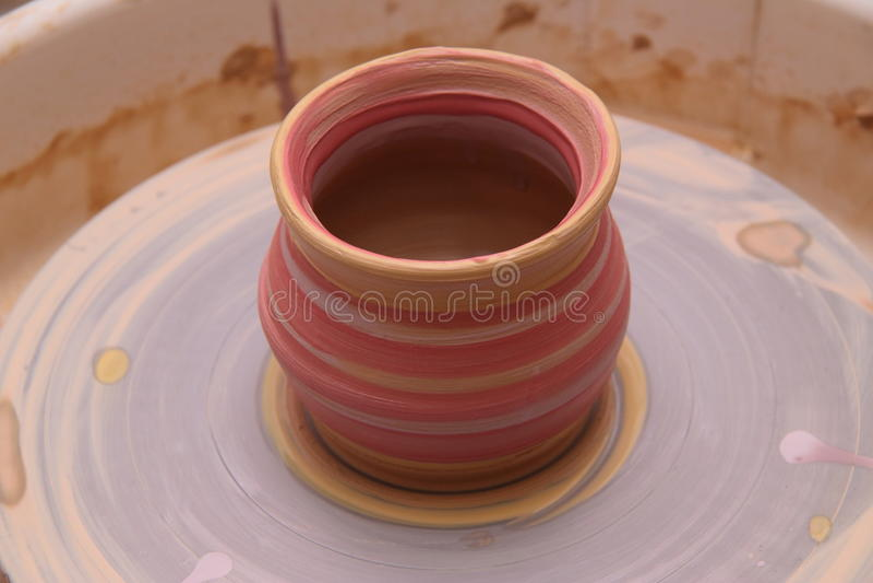 Глиняный горшок на колесе гончара стоковая фотография rf