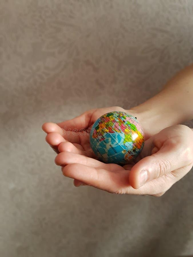 Глобус в руках  стоковые фотографии rf