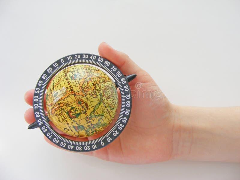 Глобус в руке детей стоковые изображения rf