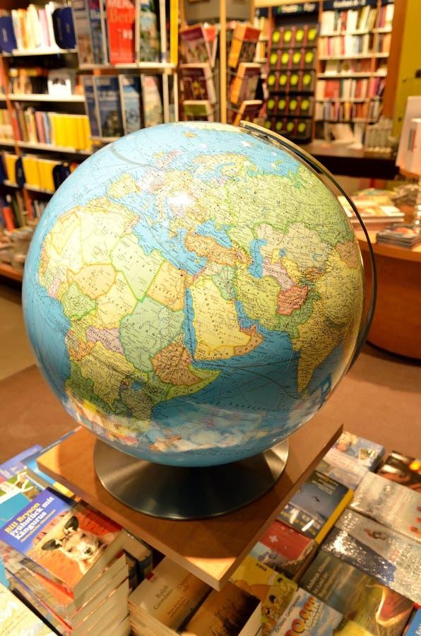 Глобус земли внутри книжного магазина стоковые изображения rf