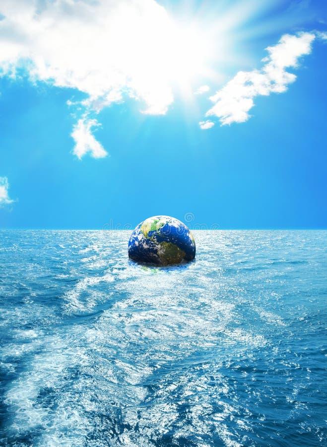 Глобус плавая на море стоковые изображения