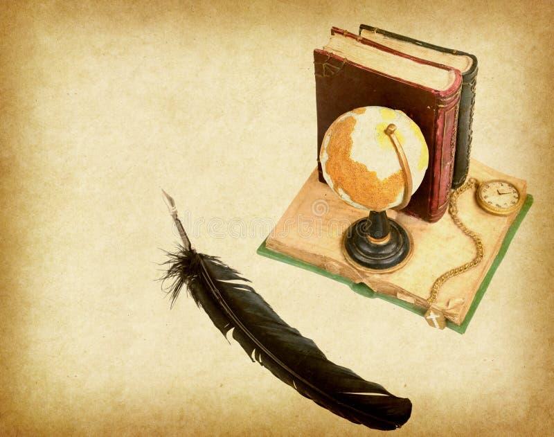 Глобус с книгой, ручкой на старой античной винтажной бумаге бесплатная иллюстрация
