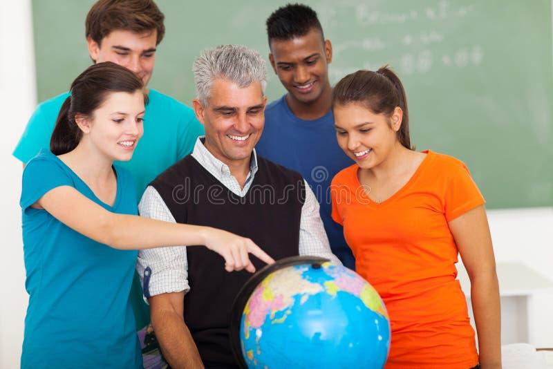 Глобус учителя студентов стоковая фотография