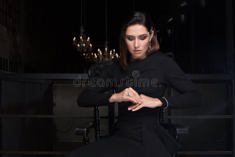 глубокая женщина мысли Золото и ювелирные изделия диаманта стоковые изображения