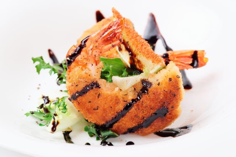 Глубокие зажаренные креветки с салатом стоковые изображения