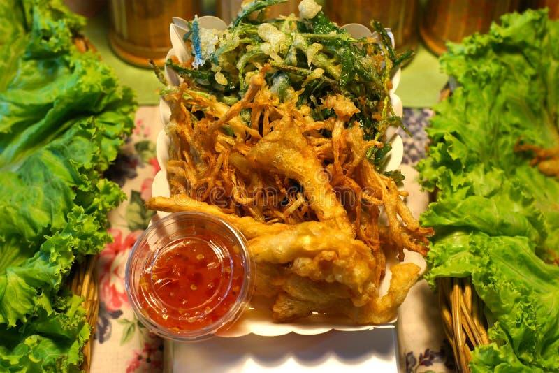 Глубокий зажаренный овощ в блюде белой бумаги стоковое фото