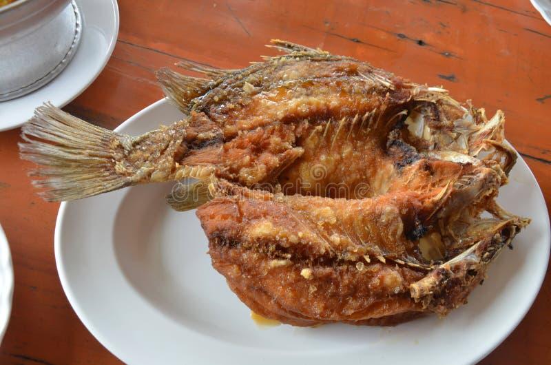 Глубокий зажаренный луциан покрыл с сладостным соусом рыб стоковая фотография rf