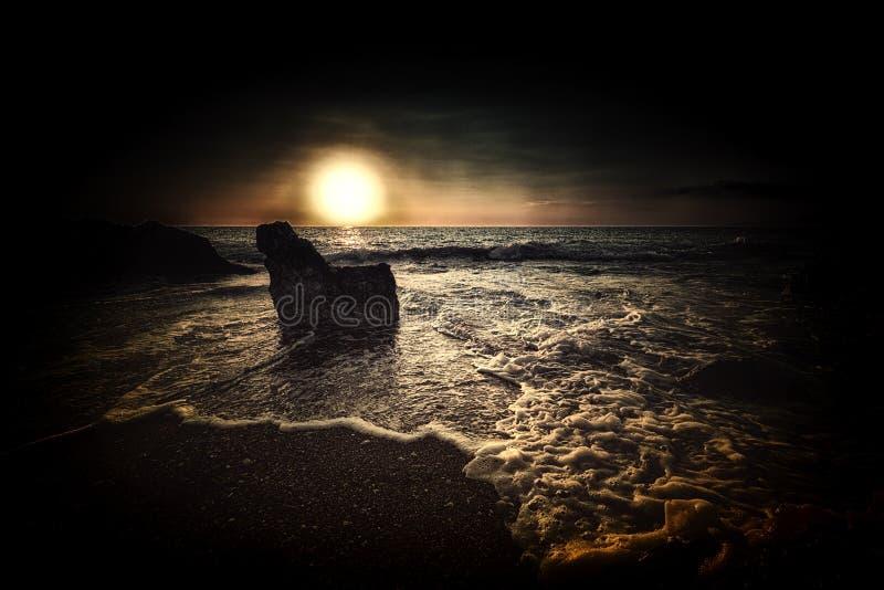 Глубокий темный заход солнца стоковые фотографии rf