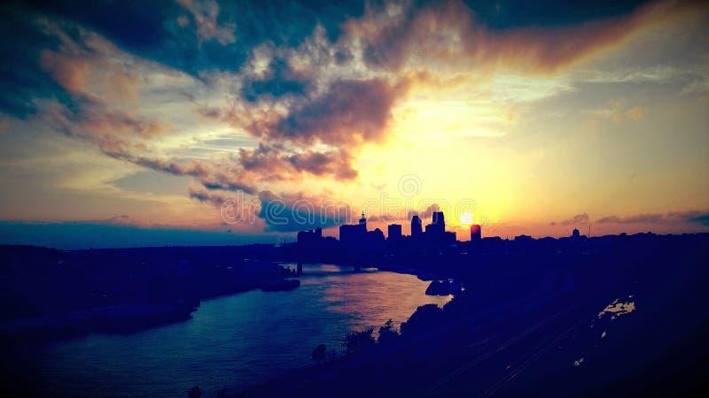 Глубоко теплый заход солнца Sunmer города стоковое изображение rf