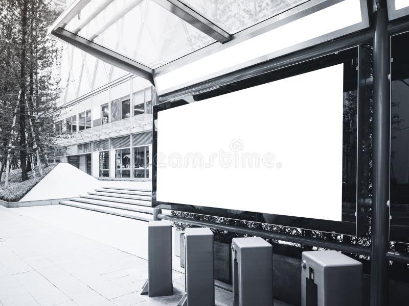 Глумитесь вверх по коробке знамени светлой на автобусной станции с общественным парком велосипеда стоковые фото