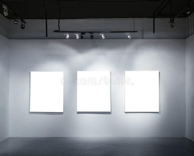 Глумитесь вверх по пустому плакату на стене с дисплеем галереи фары стоковая фотография